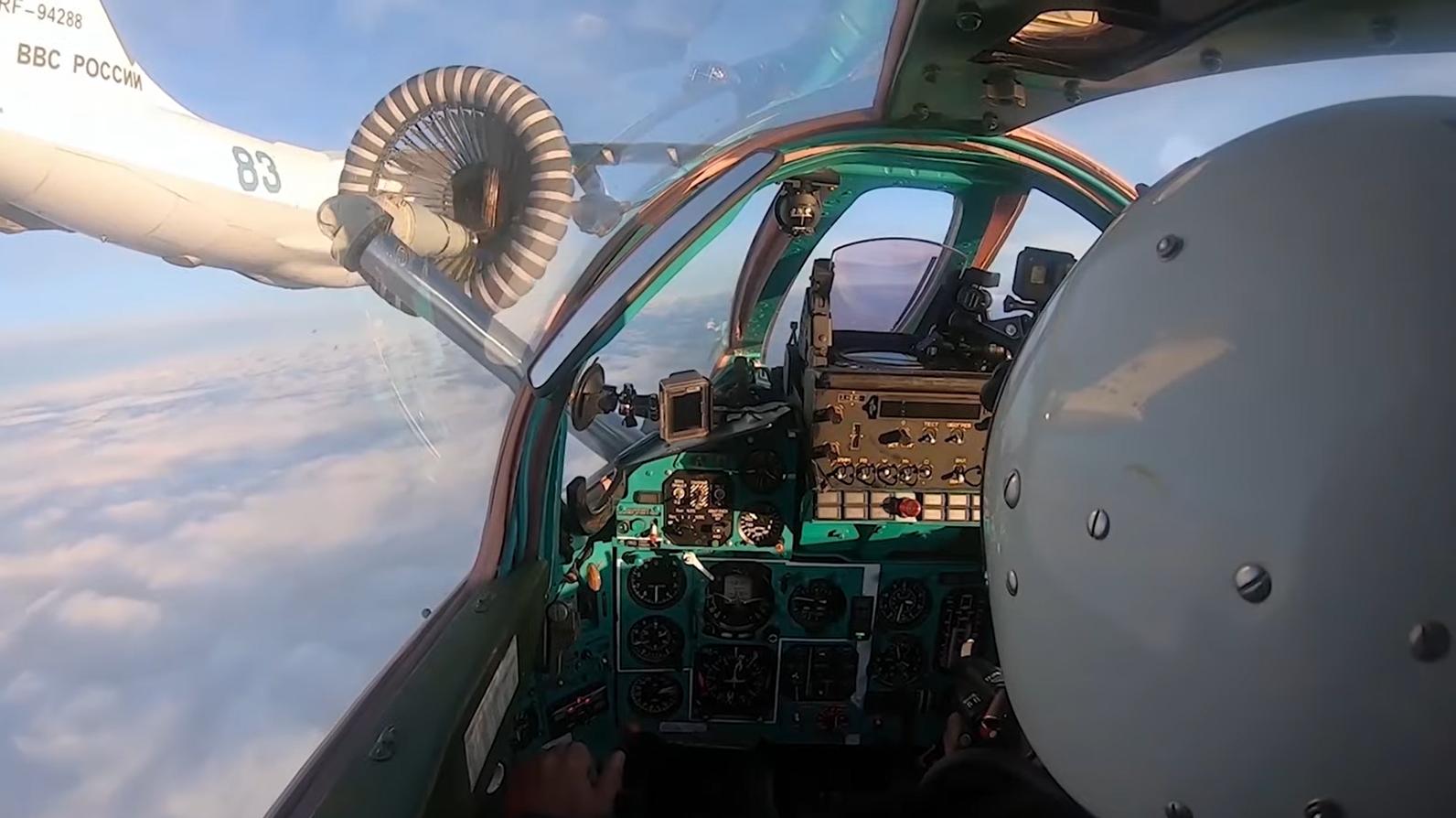 Видео: воздушная дозаправка истребителей МиГ-31БМ на скорости 500 км/ч