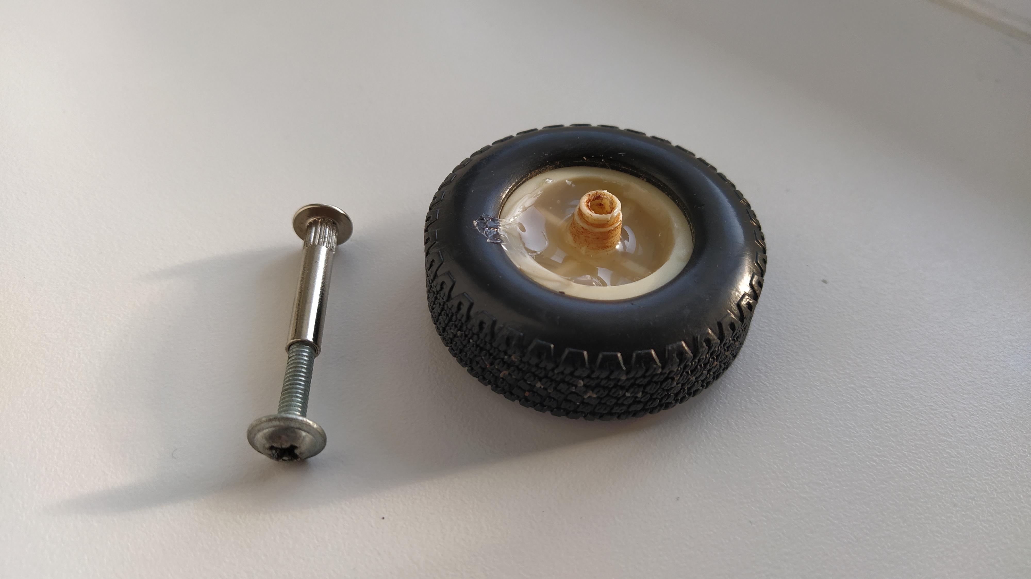 Проще простого: как самостоятельно починить колесо на чемодане
